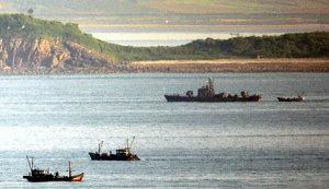 黄海沿岸の北朝鮮の漁船と軍艦