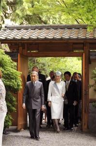 ブリティッシュコロンビア大学を訪問し、新渡戸稲造の業績を記念して造られた日本庭園「新渡戸ガーデン」の門をくぐられる天皇、皇后両陛下=13日午前、カナダ・バンクーバー(共同)