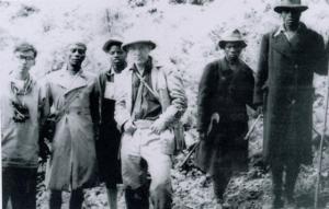 左端が伊谷純一郎、中央が今西錦司 (1958年3月6日 アフリカにて)