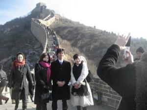 万里の長城を見学する民主党修学旅行生一行