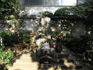 平将門から読み解く「小沢の乱」 平将門の首塚
