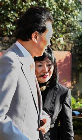 産経:千葉・鴨川市で休日を過ごすため、市内のホテルに到着した鳩山由紀夫首相と幸夫人(奥)=27日午後、千葉県鴨川市(撮影・早坂洋祐)